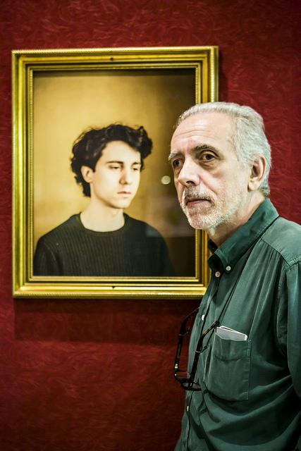 Fernando Trueba devant le portait de son fils Jonas Truba par Jorge Fuembuena ©Jorge Fuembuena